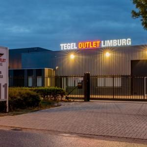 Lichtreclame uitgevoerd in doosletters - Tegel Outlet Limburg, Weert